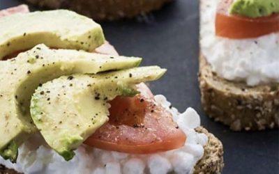Ψωμί ολικής αλέσεως, αβοκάντο, ντομάτα & τυρί cottage